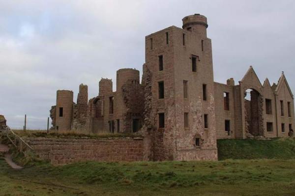 حس کنجکاوی نویسنده ای به قلعه اسلینز باعث شکل گیری این داستان شد